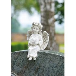 Ange assis sur bord de tombe